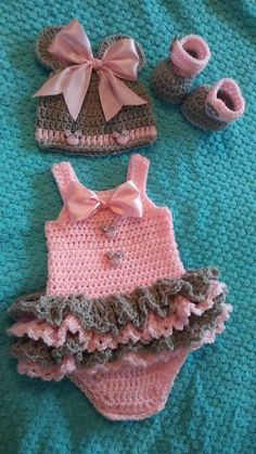 Diy Crafts - Crochet baby minnie mouse set in pink and grey Bonnet Crochet, Crochet Baby Dress Pattern, Baby Girl Crochet, Newborn Crochet, Baby Knitting Patterns, Baby Patterns, Crochet Yarn, Crochet Patterns, Baby Kostüm