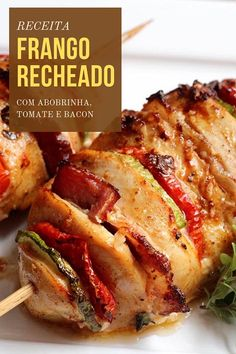 Peito de frango recheado com bacon, tomate e abobrinha - Receita de peito de fra. Baked Chicken Tenders Healthy, Baked Chicken Recipes, Chicken Dinner For Two, Food Goals, Vegetable Dishes, Zucchini, Good Food, Dinner Recipes, Food And Drink