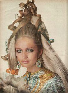 Late ~ Sue Murray in Castillo's metallic jibba. Hair by Carita, hair ornaments by Sant'Angelo. Patti Hansen, Lauren Hutton, Lauren Bacall, Fashion Photo, Fashion Beauty, Hip Hair, High Fashion Models, Vogue Us, Model Outfits