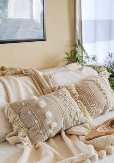 Make this Anthropologie-inspired DIY textured pillow from Dollar Store rugs and yarn scraps! This tutorial shows you how to sew your own boho pillows. Boho Throw Pillows, Diy Pillows, How To Make Pillows, Diy Throws, Diy Pillow Covers, Pillow Inspiration, Deco Boheme, Pillow Tutorial, Pillow Texture