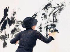 Yoko Ono at 43 | Action-Painting. Wandmalerei von Yoko Ono in der Frankfurter Schirn ...