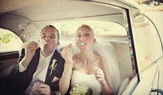 Bolas de sabão no casamento. #casamento #bolasdesabao #carrodosnoivos