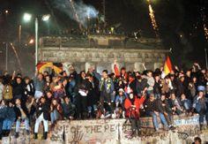 Der Fall der Berliner Mauer am 09. November 1989.  Die Berliner Mauer war während der Teilung Deutschlands ein abriegelndes Grenzbefestigungssystem der Deutschen Demokratischen Republik (DDR), das mehr als 28 Jahre lang, vom 13. August 1961 bis zum 9. November 1989 bestand.