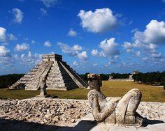 El Castillo o Pirámide de Kukulkan es el más impresionante de Chichén Itzá. Se encuentra en medio de una gran explanada, alrededor de la cual se elevan otros magníficos edificios, y debido a sus proporciones y diseño, se le puede admirar a gran distancia. Este edificio es una obra maestra de la arquitectura Maya-Tolteca.