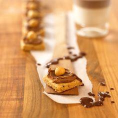 Nuss-Schoko-Kekse mit Mokka & Haselnüssen. Dazu passend leckere Espress-Sahne-Creme! | http://eatsmarter.de/rezepte/nuss-schoko-kekse-0