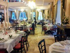 Salle de restauration principale du restaurant spectacle St Petersbourg à Mougins. Cette salle offre 150 places assises devant la scène. illuminée par des lustres de style romanesque et dîner aux chandelles.