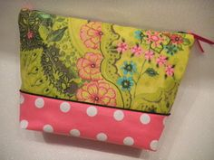 Maxi trousse de toilette multipoches (5 poches)  Trousse pour les accessoires de toilette.  Réalisée en tissu enduit à motif fleuri et rose à pois blancs.   Pistache la Vache