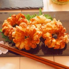 くるくる竹輪のオニオンリング天ぷら by きゃらきゃら(小林睦美) リングの玉ねぎに、竹輪をくるくる巻いた天ぷらです。 タレを絡めて、天丼の具にしても美味しいです!