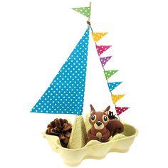 Ossi Oravan purjevene on valmistettu munakennosta, puutikusta, nyöristä ja kuviopapereista. Orava on valmistettu silkkimassoista.