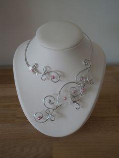 Collier de fil de fer sculpté en volutes avec des perles et une fleur de verre.