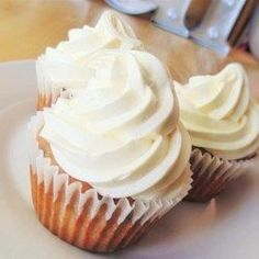 These easy chocolate chip cupcakes topped with a buttery cream cheese frosting are a decadent upgrade on a classic favourite, banana cake. Make Cream Cheese, Cupcakes With Cream Cheese Frosting, Chocolate Cream Cheese, Frosting Recipes, Cupcake Recipes, Baking Recipes, Dessert Recipes, Ww Desserts, Dishes Recipes