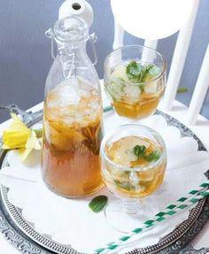 Domácí ledový čaj (www.albert.cz/recepty) Homemade Iced Tea, Lemonade Cocktail, Home Canning, Tea Recipes, Tostadas, Summer Drinks, Mojito, Fresh Fruit, Punch Bowls