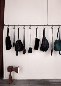 形や大きさが違うバッグも吊り下げてしまえば、すっきり収納できて取り出しやすくなります。