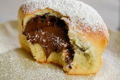 Nutella®-Buchteln - Rezept von Backen.de Sweet Desserts, Easy Desserts, Nutella Brownies, Muffins, Deserts, Brunch, Food And Drink, Sweets, Snacks