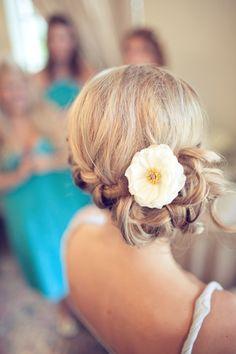 Con un side bun (moño de lado) también se puede llevar un tocado de flores. Mira qué bello éste!