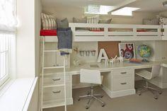 この子供部屋の雰囲気、可愛らしくてとっても良い感じじゃないですか?   大人になってからも十分使い続けられそうな大き目の作り付けロフトベッドの下に、