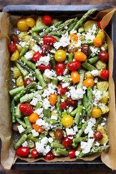 Ofenkartoffeln mit grünem Spargel, Tomaten und Feta. Dieses schnelle Ein Blech-Rezept ist super einfach, gesund und sättigend! - Kochkarussell.com #schnellundeinfach #einblech #kartoffeln #spargel