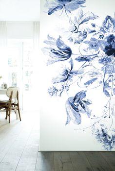 Fotobehang met geweldige delftsblauwe bloemen koop je online bij KEK Amsterdam. Bloemen behang van oude meesters uit de gouden eeuw.