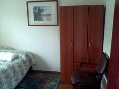 Habitaciones equipadas con cama, televisor, armario y decoradas de manera agradable