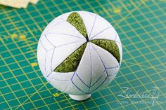 "On the perch: Joint project ""Kimekomi Balls"". Ball second / Kimekomi ball tutorial 2 Christmas Baubles, Christmas Art, Handmade Christmas, Folded Fabric Ornaments, Quilted Christmas Ornaments, Homemade Ornaments, Ornament Tutorial, Creation Deco, Theme Noel"