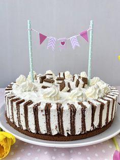 Wer liebt Milchschnitten genauso sehr wie ich? Dann lasst Euch diese fluffig-cremige Milchschnitten-Torte nicht entgehen. Schokobiskuit trifft auf Sahne-Quark-Creme, ummantelt von #Milchschnitte. Einfach so lecker und perfekt als #Osterttorte oder #Geburtstagstorte. #Annibackt Cakepops, Vanille Paste, Cupcakes, Kakao, Creme, Birthday Cake, Desserts, Food, Cake Pop