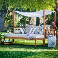 The outdoor daybed combines the pleasure of sleeping, dreaming in complete tranquility and enjoying a sunbath. The new must-have of summer is irresistible!