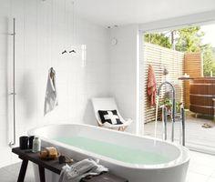 【自然の恵みを楽しむ】海沿いのテラスの屋外バスルーム | 住宅デザイン