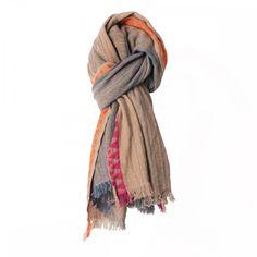 Une écharpe pour homme de la collection d'hiver de Monsieur Charli, qui vous tiendra chaud et vous donnera une allure mode.