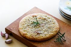 Here's a simple way to bake keto garlic bread. This keto garlic and rosemary foccacia is crispy and delicious as a snack or to go with a soup. Ketogenic Recipes, Paleo Recipes, Low Carb Recipes, Cooking Recipes, Comidas Paleo, Junk Food, Pan Cetogénico, Pain Keto, Vegetarian