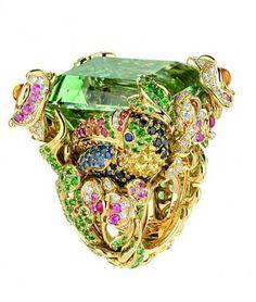 """Bague """"Les Incroyables et Merveilleuses Toucan"""", en or jaune, diamants, béryl vert, émeraudes, grenats tsavorites, rubis, saphirs, saphirs jaunes, saphirs oranges, saphirs roses et spinelles noirs. Dior Joaillerie"""