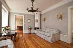 Fungerande kakelugn i vardagsrummet på plan två i Perseus 3, Bagensgatan 23.