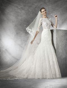 Deze trouwjurk van Pronovias, Timy is gemaakt van prachtig kant. Het transparante lijf is hoog gesloten en heeft mouwen. De jurk heeft een lage transparante rug bewerkt met kant. De jurk heeft een romantische uitstraling.