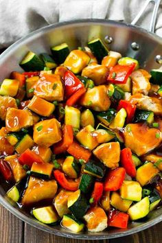 This Honey Soy Chicken Stir Fry is the perfect easy dinner for a busy week night! With plenty of tender chicken pieces and fresh vegetables all tossed in an easy sauce, dinner is ready in less than 30 minutes! Zucchini Stir Fry, Chicken Zucchini, Veggie Stir Fry, Stir Fry Pasta, Chicken Vegetable Stir Fry, Chicken Chunks, Honey Soy Stir Fry, Honey And Soy Sauce, Healthy Recipes