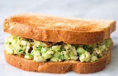 Her er mayonnaisen skiftet ud med avocado, som både gør tunsalaten meget sundere, men faktisk også mere lækker. Se opskrift og fremgangsmåde her.