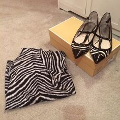 MICHAEL KORS BLACK, WHITE TOP, FLATS 👀 MICHAEL KORS CUTE TOP SIZE XL, SHOES SIZE 9 BOTH TOP, SHOES HAVE BEEN WORN A FEW TIMES BUT STILL IN GREAT CONDITION 😊 Michael Kors Tops