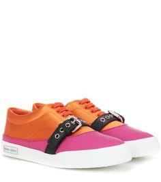 Miu Miu - Sneakers aus orange Satin und pink Leder mit schwarzer Lasche samt Ösen und Schnalle silber