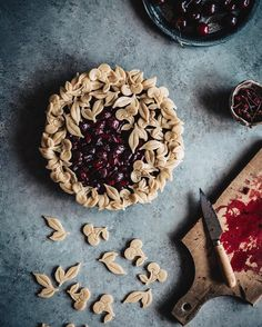 Making fancy pies can be a little tedious (especially during these humid Vermont summers), but the end result is totally worth it! Tart Recipes, Sweet Recipes, Dessert Recipes, Slow Cooker Desserts, Winter Torte, Pie Crust Designs, Delicious Desserts, Yummy Food, Delicious Cookies