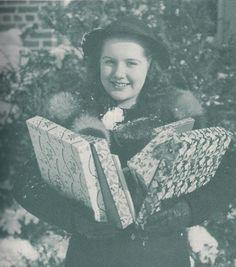 An adorable 1940s Christmas shopper.