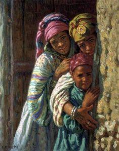 Deux jeunes filles et un garçon devant une porte à Bou-Saada