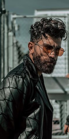 Steps To Quickly Shape Your Long Beard In Style. men How to Shape a Long beard in 5 Quick Steps Photo Poses For Boy, Boy Poses, Poses For Photos, Male Models Poses, Male Poses, Portrait Photography Poses, Photography Studios, Girl Photography, Newborn Photography