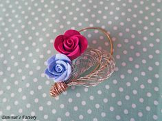 A dainty mini roses and gold mesh brooch