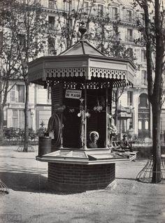 A kiosk for a street merchant on Square des Arts et Metiers Saint Martin, Saint Michel, Old Paris, Vintage Paris, Kiosk, Belle Epoque, Old Pictures, Old Photos, Antique Photos