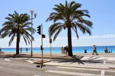 Bleu Curacao sur le blog ! French Riviera, Nice. Blue Mediterranean sea. Beach in France. Palm trees in the street.