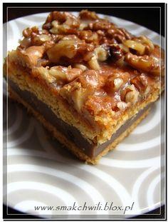 Miodowe ciasto z orzechowo-karmelową skorupką przełożone ...