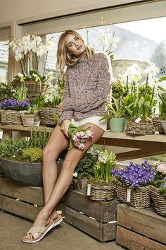La actriz y supermodelo Rosie Huntington-Whiteley se convierte en la primera embajadora internacional de la marca UGG: http://www.estiloymoda.com/articulos/ugg-rosie-huntington-whiteley.php