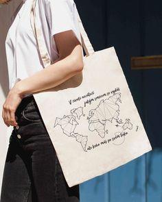 Látková taška s originálním potiskem je pěkný módní doplněk a navíc jejím používáním šetříte přírodu, protože nepotřebujete igelitové tašky. Plátěné tašky s potiskem jsou praktické a ekologické.