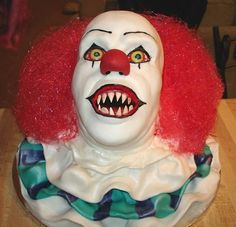 25 Horror Movie Cakes That We're Dying To Eat! Stephen King's IT Pennywise Clown cake Humour Halloween, Bolo Halloween, Halloween Torte, Halloween Birthday Cakes, Theme Halloween, Halloween Treats, Creepy Halloween, Cake Birthday, Halloween Buffet