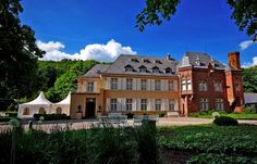 Heute wieder überall grau in grau, ... ist es bei uns. Dabei geht es doch auch anders. Wie hier z.B. beim Fellenberg Schloss in Merzig vor drei Wochen. Wann kommt denn jetzt dieses Jahr der Sommer?  http://de.wikipedia.org/wiki/Schloss_Fellenberg