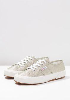 Frische dein Outfit auf – mit diesem Schuh gelingt es dir. Superga LAMEW - Sneaker low - platinum für 84,95 € (14.03.17) versandkostenfrei bei Zalando bestellen.