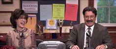 Julianna Margulies et Jimmy Fallon jouent les proviseurs de lycée mal fagotés qui chantent les annonces matinales.